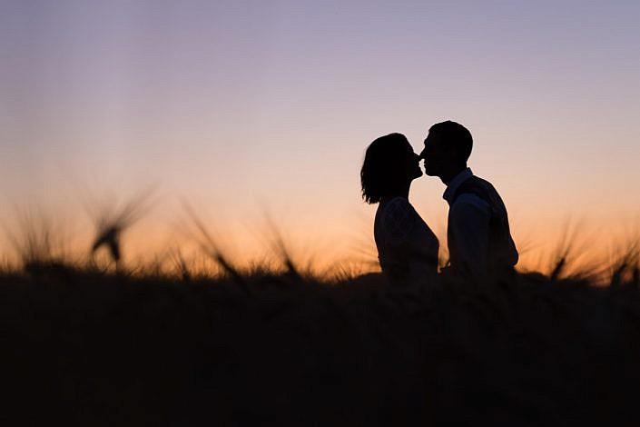 photo mariés coucher soleil