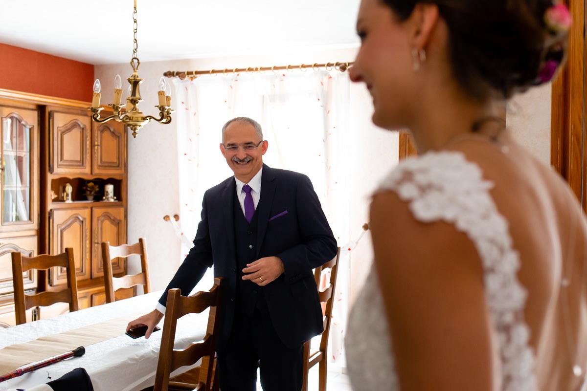 le papa découvre sa fille en mariée