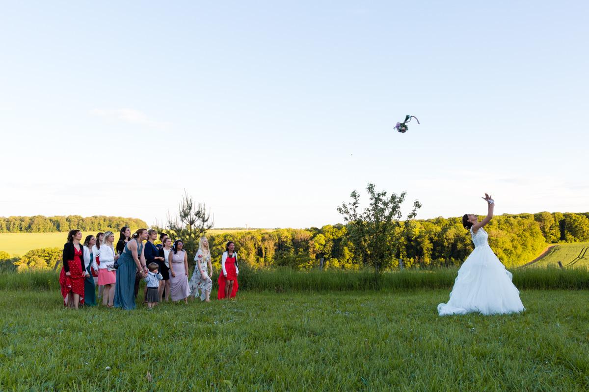 lancé de bouquet de mariage au domaine des templiers à Glatigny