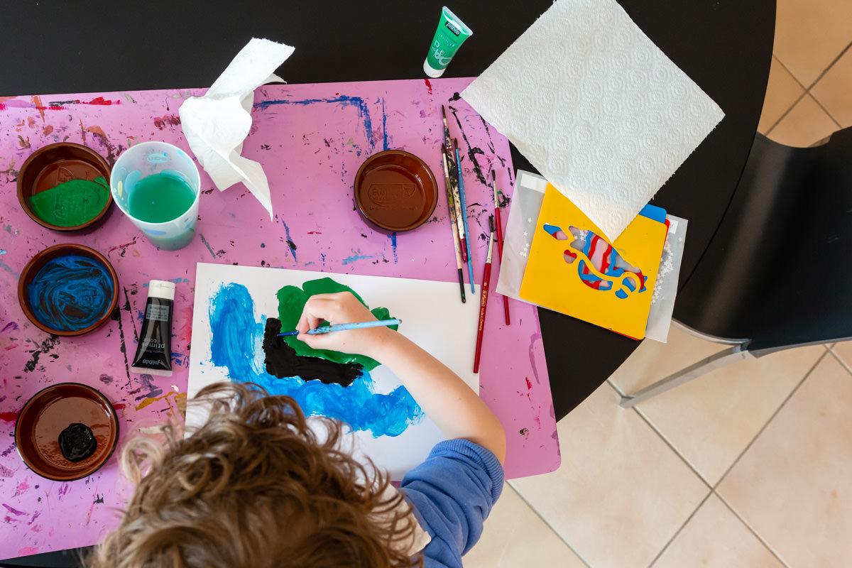 Petit garçon qui peint
