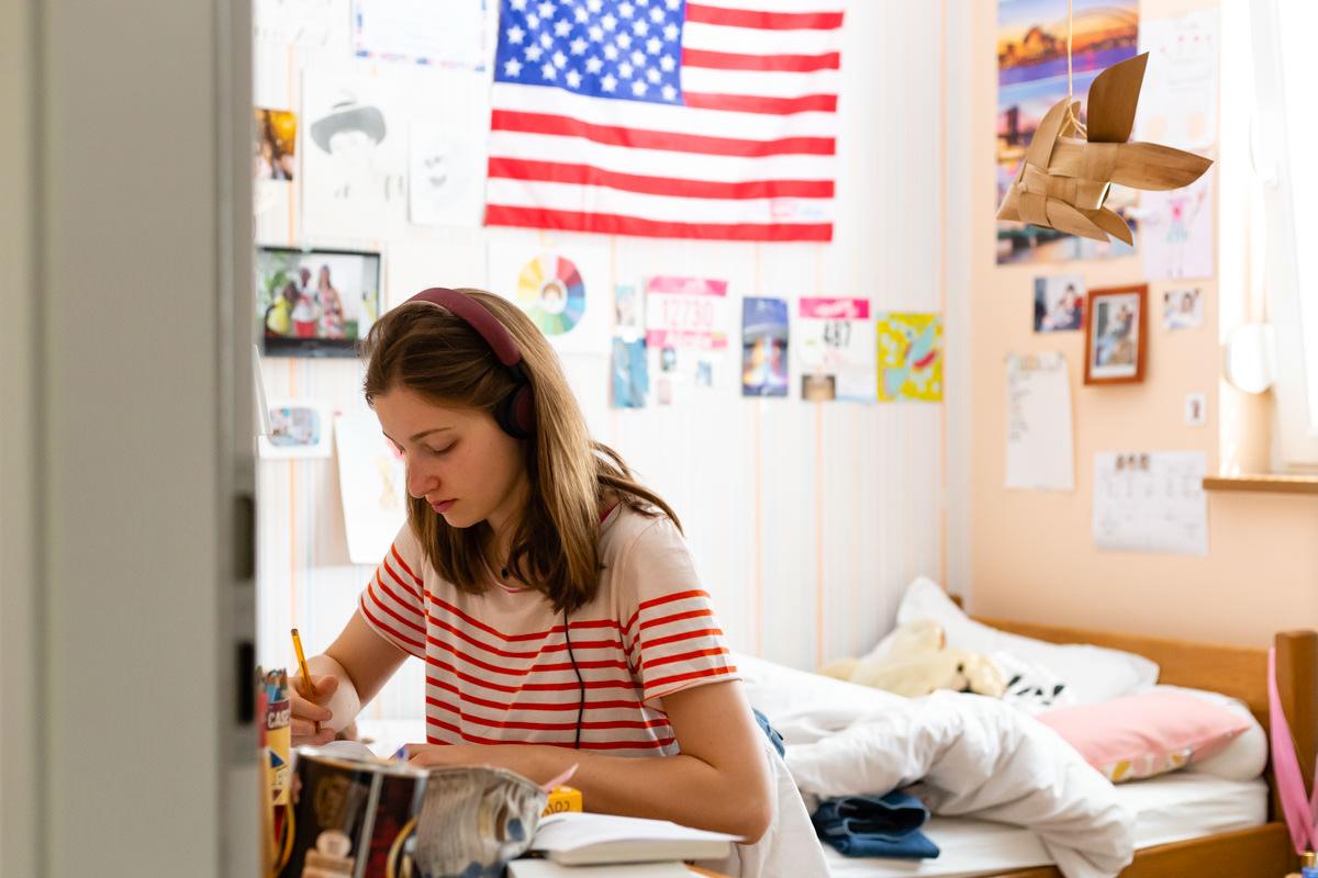 photo documentaire d'une ado dans sa chambre