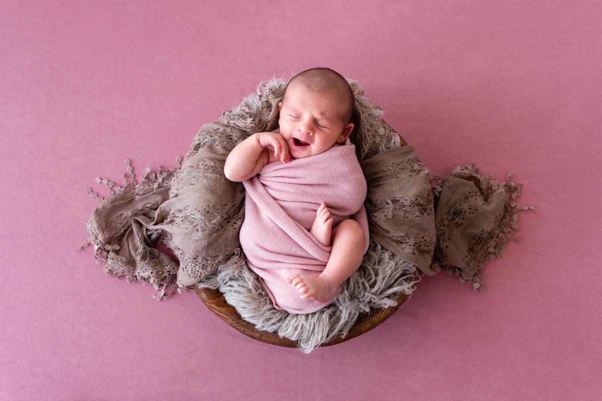 photographe de naissance dans un décor rose