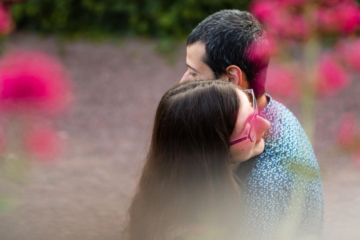 photo de couple se faisant un câlin dans les fleurs