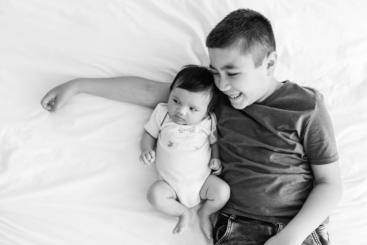 bébé et son grand frère